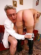 Opa fickt junger Frau in den Arsch