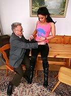 Opa beim geilen Sex mit junger Frau