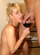 Reife Frau steckt den dicken Schwanz in Rotweinglas und dann lutscht sie ihn kräftig ein