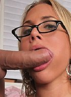 Alanah Rae banged on her office desk during work